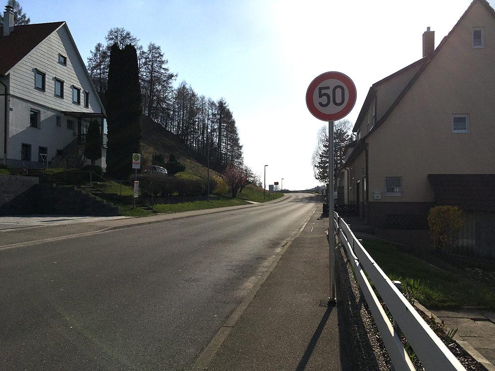 Nachträgliches Tempo 50-Schild auf der L1210 in Fahrtrichtung Metzingen VZ 274-50